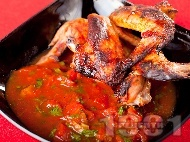 Мариновани пилешки крилца печени на грил с доматен сос